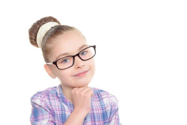 Devojčica sa naočarima