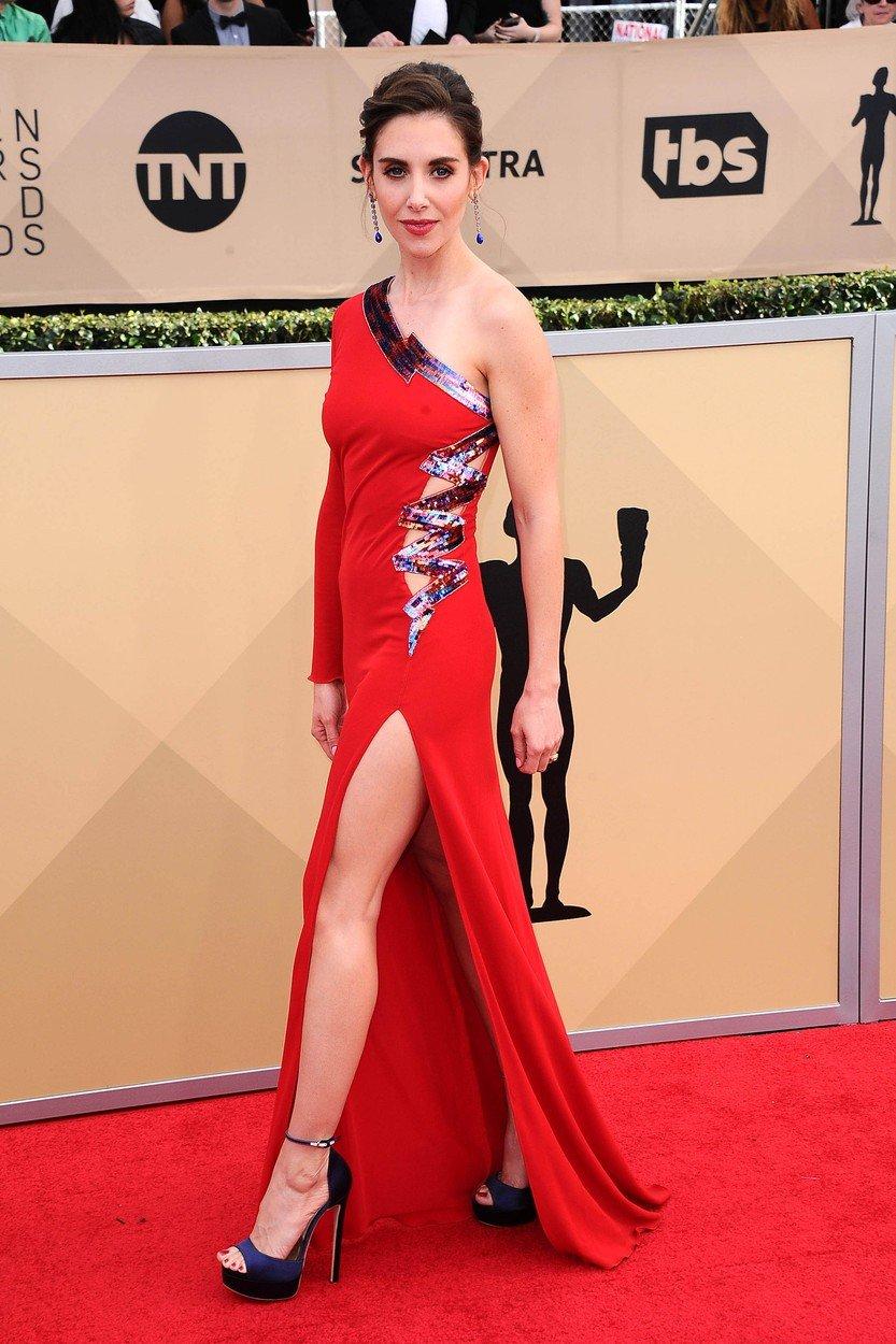 najružnije haljine, crveni tepih