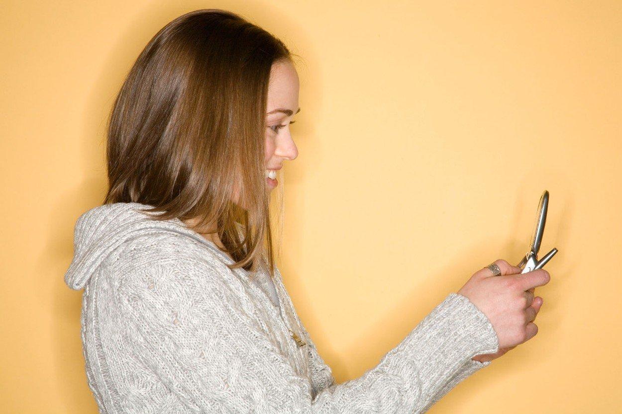 devojka, pisanje poruka, sms, dopisivanje, mobilni telefon