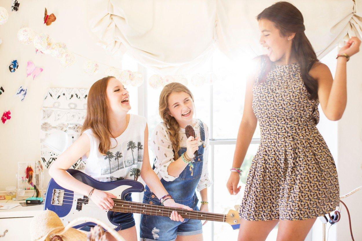 društvo, igranje, muzika, ples, pevanje, drugarice